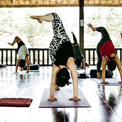Yoga wird von mehreren Menschen praktiziert