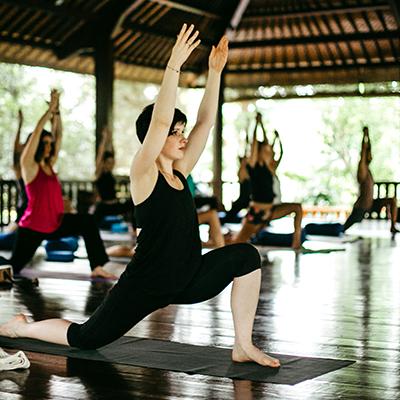 Mehrere Personen beim Yoga im Freien