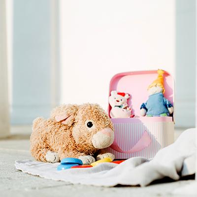 Kinderspielzeug vor einer weißen Wand