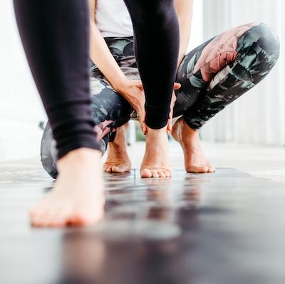 Füße auf einer Yogamatte