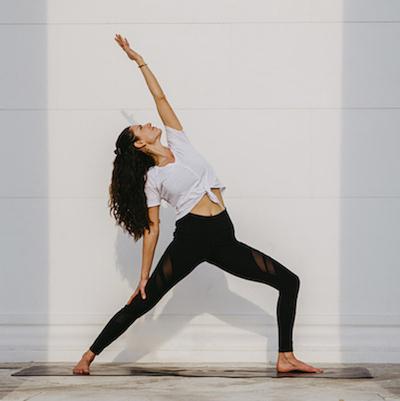 Frau in einer stehenden Yogaposition