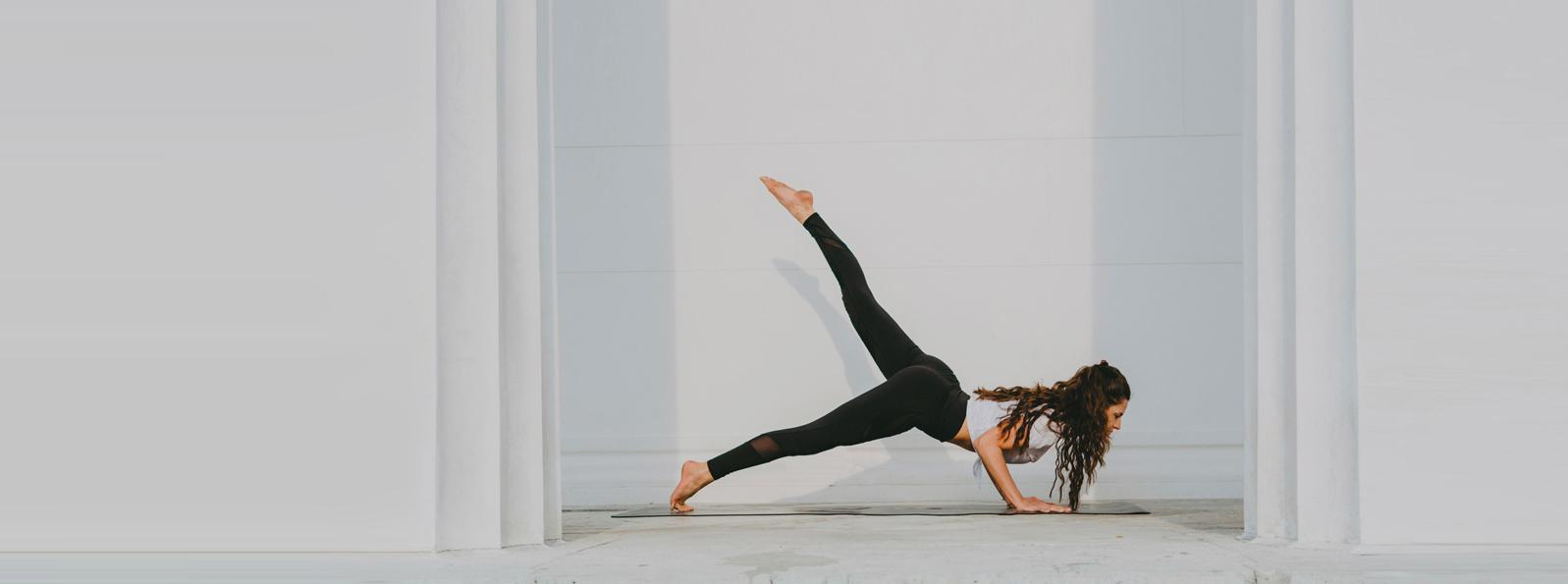 Eine schlanke Dame in einer Yoga Position