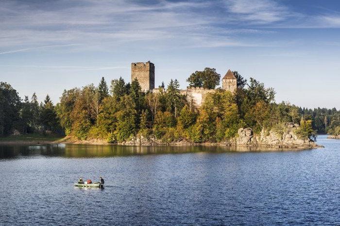 Eine alte Burg auf einer Insel im See