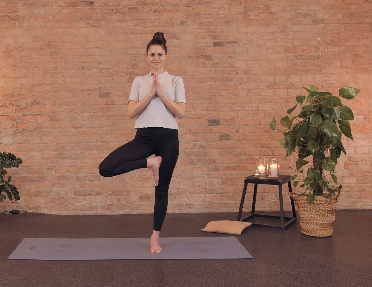 Ein Frau macht Yoga.