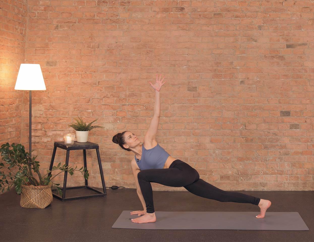 Eine Frau macht Yoga.
