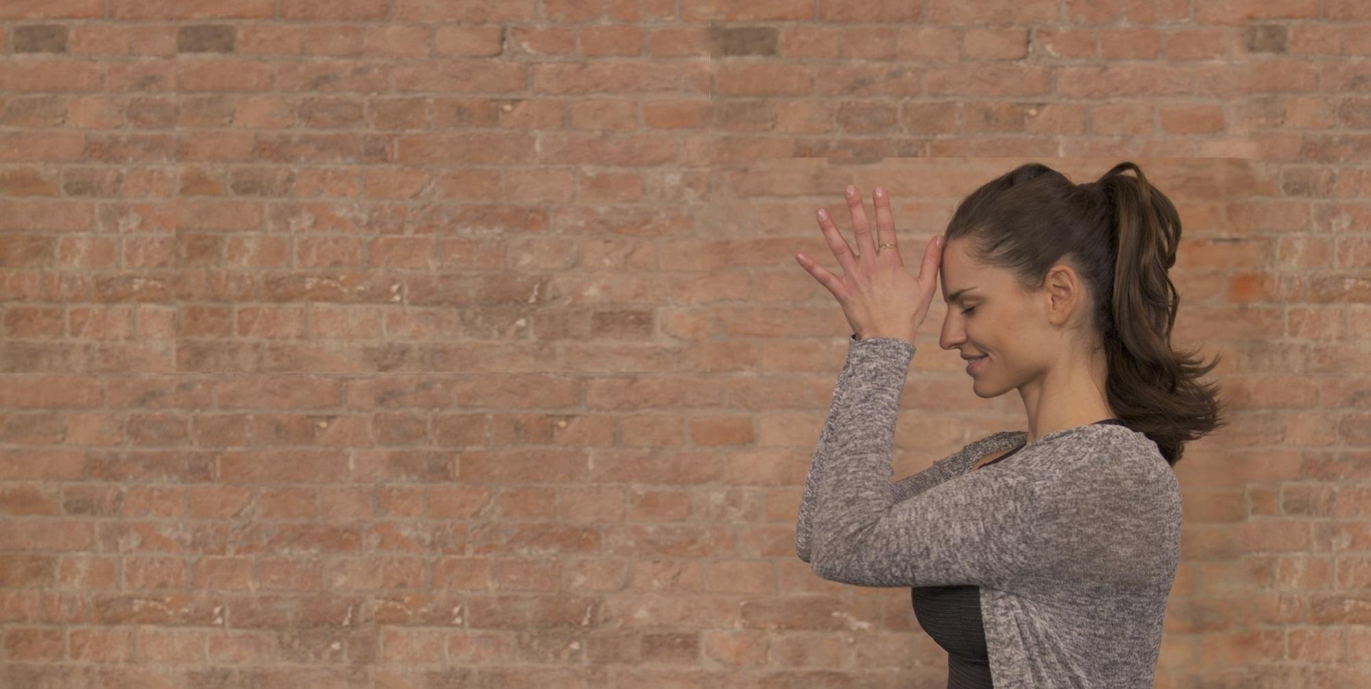 Eine Frau die Yoga ausübt.