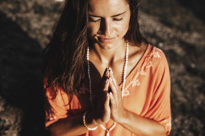 Eine Frau die Yoga praktiziert.